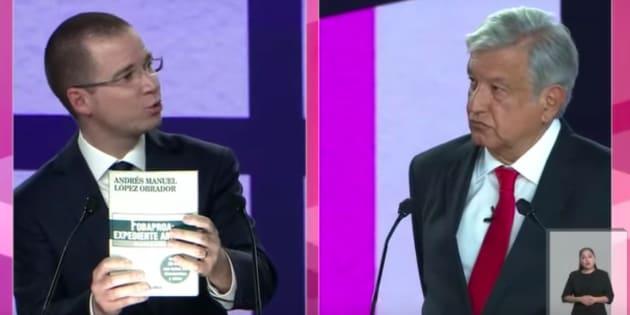 Ricardo Anaya y Andrés Manuel López Obrador, durante el primer debate presidencial.