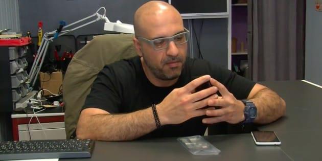 Mohanad dans son entreprise d'informatique.
