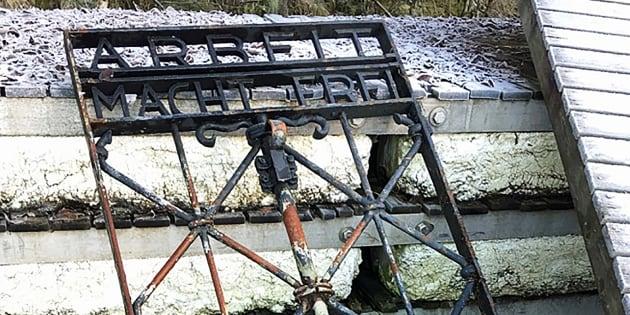 """Le portail """"Arbeit macht frei"""" volé au camp de Dachau retrouvé en Norvège"""