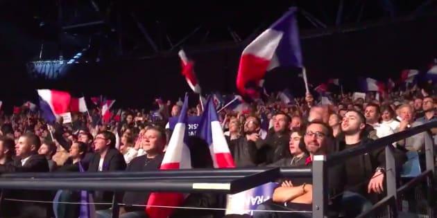 Des militants FN hurlent en chœur des insultes contre Macron avant le meeting de Le Pen à Nice