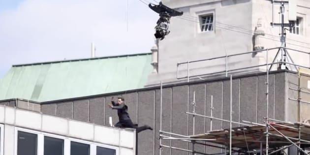 """Tom Cruise se blesse lors d'une cascade pour """"Mission Impossible""""."""
