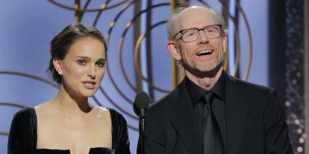 BEVERLY HILLS, CALIFORNIA:  Los presentadores Natalie Portman  y Ron Howard durante la presentación en la categoría de Mejor director en los 75 Golden Globe, el domingo por la noche.