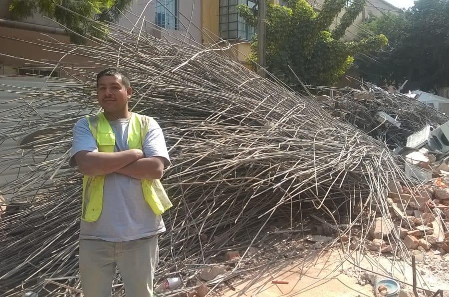 Recuperación de varillas de uno de los edificios colapsados para revender y costear el gasto de la demolición en la colonia Del Valle de CDMX.