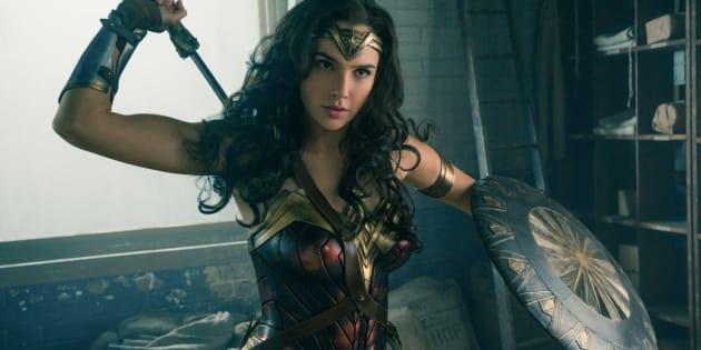 Gal Gadot brilha na pele da heroína da DC.