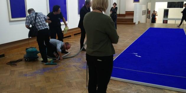 Une oeuvre d'Yves Klein piétinée une nouvelle fois à Bruxelles.