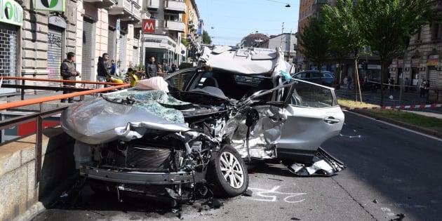 Milano, lasciato agonizzante in auto: caccia al pirata della strada