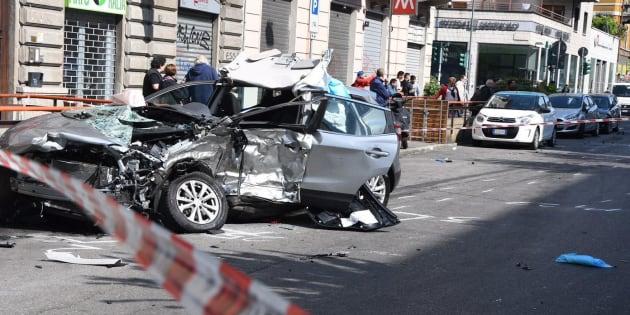 Il luogo dell'incidente avvenuto all'alba in viale Monza. ANSA/ DANIELE BENNATI