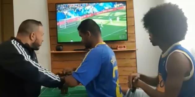 Coupe du Monde 2018: Ils font vivre un match du Brésil à un supporter aveugle et sourd