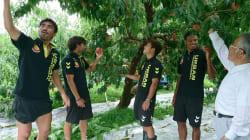 【3.11】地元の農産物を手に、福島ユナイテッドの選手はピッチに立つ。東日本大震災から7年