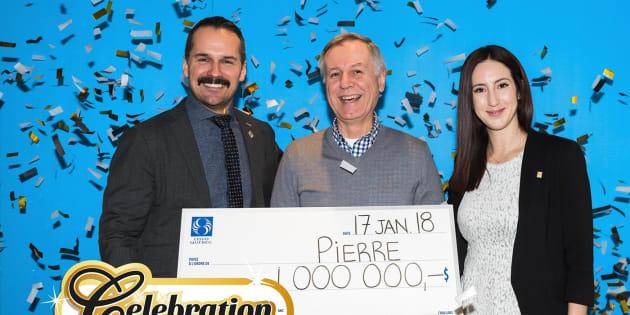 Pierre Pilon en compagnie du directeur corporatif des affaires publiques, des relations de presse et des médias sociaux à Loto-Québec, et de Valérie Lacroix, du Service aux consommateurs de Loto-Québec.