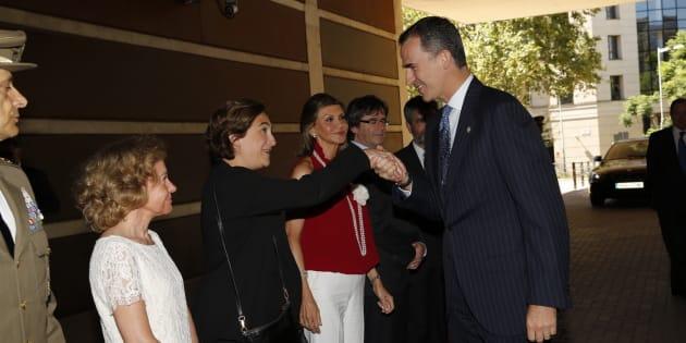 El rey saluda a la alcaldesa Colau en una entrega de Reales Despachos a nuevos jueces, en julio de 2016.