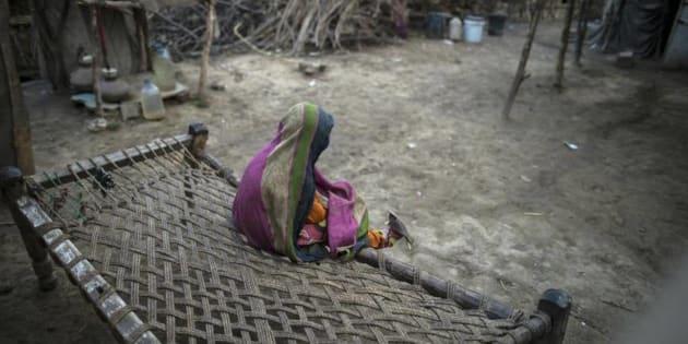 Una niña se entretiene en un poblado de la provincia de Punjab, en Pakistán.