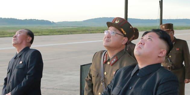 Kim Jong-Un assistant au nouveau tir de missile nord-coréen le 15 septembre 2017.