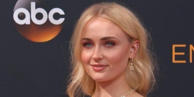 Sophie Turner raconte comment la teinture pour cheveux qu'elle avait utilisé pour interpréter Sansa Stark dans Game of Thrones l'avait obligé à mettre une perruque, car le processus avait détruit ses mèches.