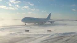 La tempête de neige aux États-Unis paralyse l'aéroport JFK à New-York et laisse des milliers de personnes sans