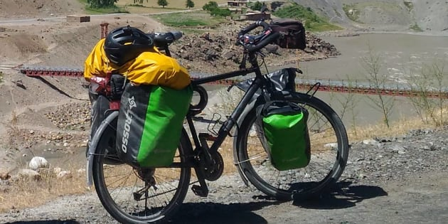 Percorre 15mila km da Hong Kong alla Francia in bicicletta |  gliela rubano a Castel