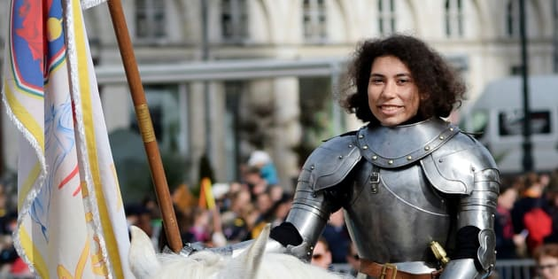 """Pour la lycéenne métisse choisie pour incarner Jeanne d'Arc, les insultes racistes n'étaient """"pas vraiment un problème"""""""