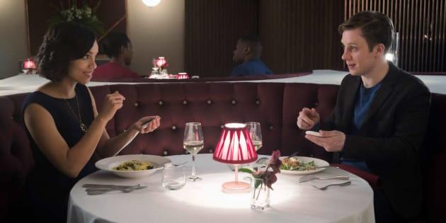 A série 'Black Mirror' trouxe episódio sobre relacionamentos mediados por tecnologia.