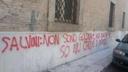 Scritta di insulti contro Salvini di fronte alla prefettura di
