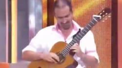 Cachondeo en redes por lo que este músico ruso hace con una guitarra