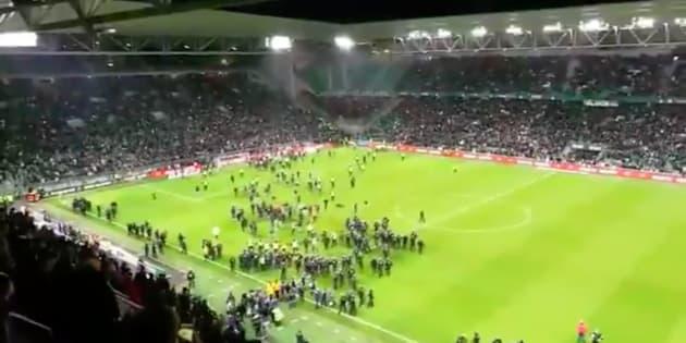 Fekir provoque les Stéphanois qui envahissent la pelouse et interrompent Saint-Etienne-Lyon