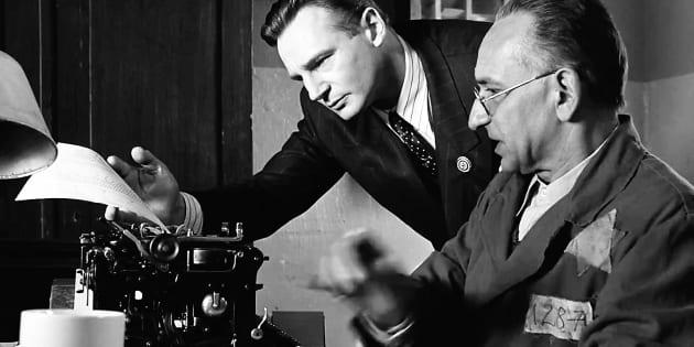 """Liam Neeson (Oskar Schindler) y Ben Kingsley (Itzhak Stern), tecleando la lista, """"el bien absoluto""""."""