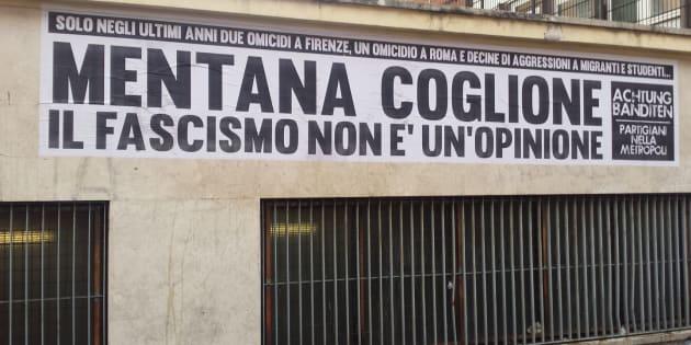 Roma, striscione con insulti contro Mentana sotto la redazione La7