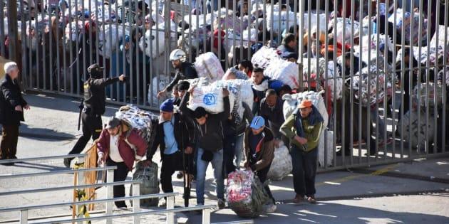 Porteadores marroquíes cruzando El Tarajal, en una imagen de archivo.
