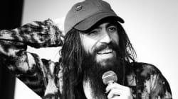 Zach Poitras, humoriste blanc portant des dreads, évincé d'un spectacle au