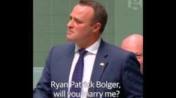 Ce député australien demande à son compagnon de l'épouser en plein débat sur le mariage pour