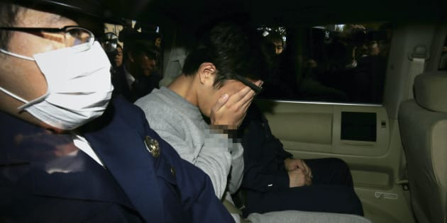 両手で顔を覆い、警視庁高尾署から送検される白石隆浩容疑者=11月1日午前8時39分、東京都八王子市