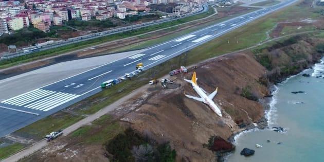 Un avión de pasajeros yace en un acantilado tras un accidente en el aeropuerto de Trazbon.