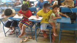En clase y cuidando de su hermana: la foto viral del pequeño Justin y su empeño por