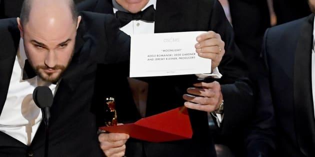 """Le producteur de """"La La Land"""" Jordan Horowitz brandit l'enveloppe du vainqueur du """"meilleur film"""" de la 89ème cérémonie des Oscars"""