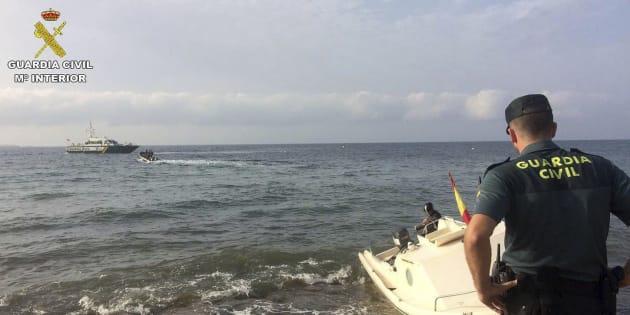 Agentes de la Guardia Civil, en el rescate de una embarcación frente a la costa de Santa Pola (Alicante).