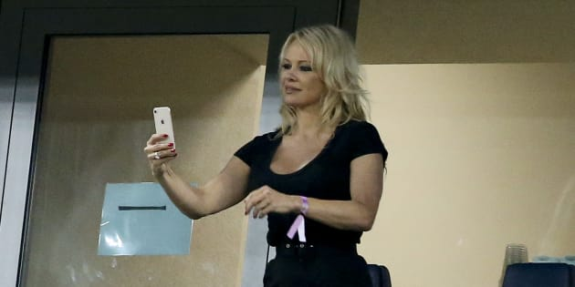 Pamela Anderson lors de France-Belgique à Saint-Pétersbourg le 10 juillet 2018.