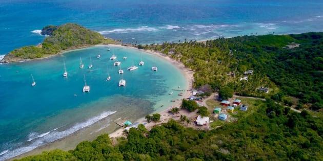 """La """"Salt Whistle Bay"""", l'une des plus belles du monde, s'érode tellement qu'elle pourrait être bientôt détruite et causer une séparation créant une nouvelle île."""
