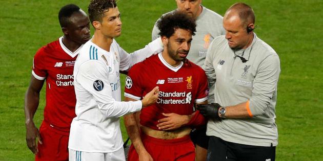 Entre lágrimas, Mohamed Salah abandonó el terreno de juego cuando apenas iba medio partido de la final de la Champions.