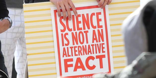 Une pancarte titrant «La science n'est pas un fait alternatif».