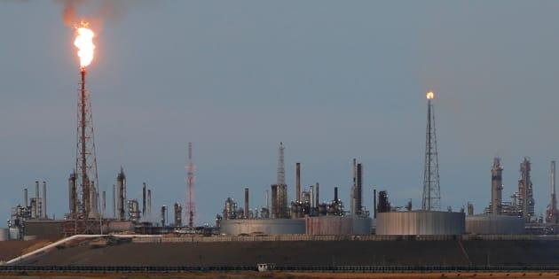 Precios de petróleo suben ante posible extensión del recorte de la OPEP