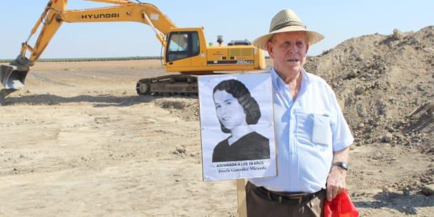 Pablo Caballero, de 87 años, sostiene el retrato de su tía Josefa, una de las víctimas, que contaba 18 años en aquel verano de 1936.