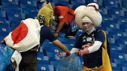 「彼らは敗者でないことを証明した」涙の敗戦後、ゴミ拾いをする日本サポーターに感動広がる