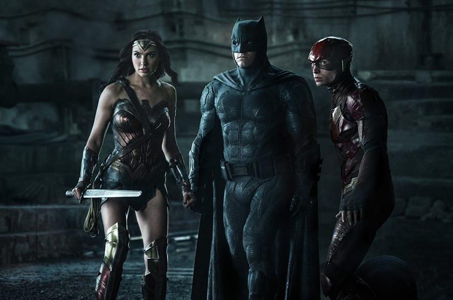 Mulher-Maravilha (Gal Gadot), Batman (Ben Affleck) e Ezra Miller (Flash) em cena do aguardado filme 'Liga da Justiça'.