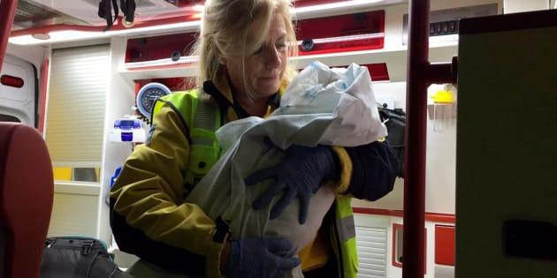 Imagen cedida por el Ayuntamiento de Madrid de una miembro del SAMUR atendiendo al bebé.