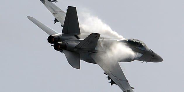Un pilota della Marina americana ha disegnato un pene enorme nel cielo. L