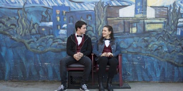 Controversa e bem-sucedida, a série gira em torno da adolescente Hanna Baker, interpretada por Katherine Langford.