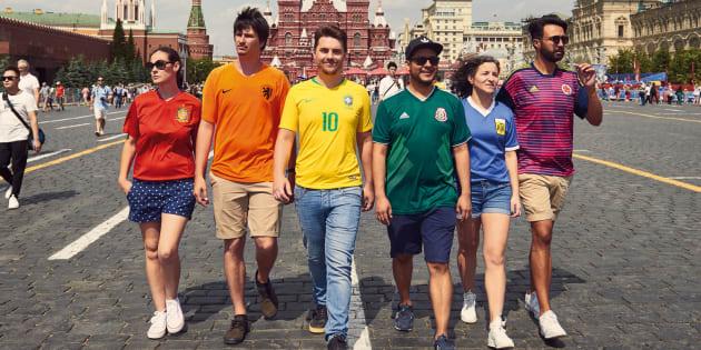 Ces militants LGBT vêtus de t-shirts de football manifestent très discrètement contre la politique du gouvernement russe, en recréant le drapeau arc-en-ciel.