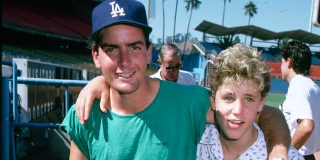 Charlie Sheen y Corey Haim, en los años 90.