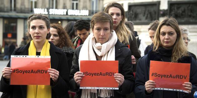 Caroline De Haas (C) y miembros de 'Les effrontées', un movimiento feminista francés, se manifiestan contra la violencia machista en París, el 24 de noviembre de 2017.