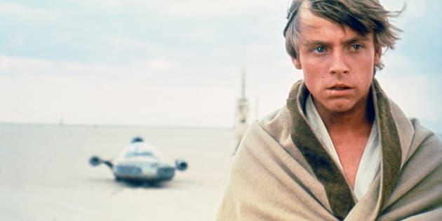 """À l'origine, Mark Hamill a demandé un lien de parenté entre Boba Fett et les Skywalker, mais George Lucas s'est montré peu réceptif. Ici, Mark Hamill dans """"La guerre des étoiles"""" (1977)."""
